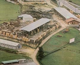 1980Se invierte en un aserradero en la ubicación actual en Los Cuetos, Arguelles (Siero), se incorporan secaderos y se inicia la actividad de exportación